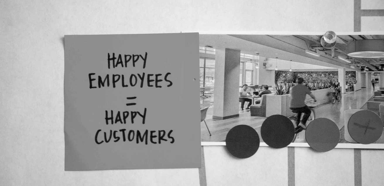 """Post-it note that reads """"Happy Employees = Happy Customers"""""""